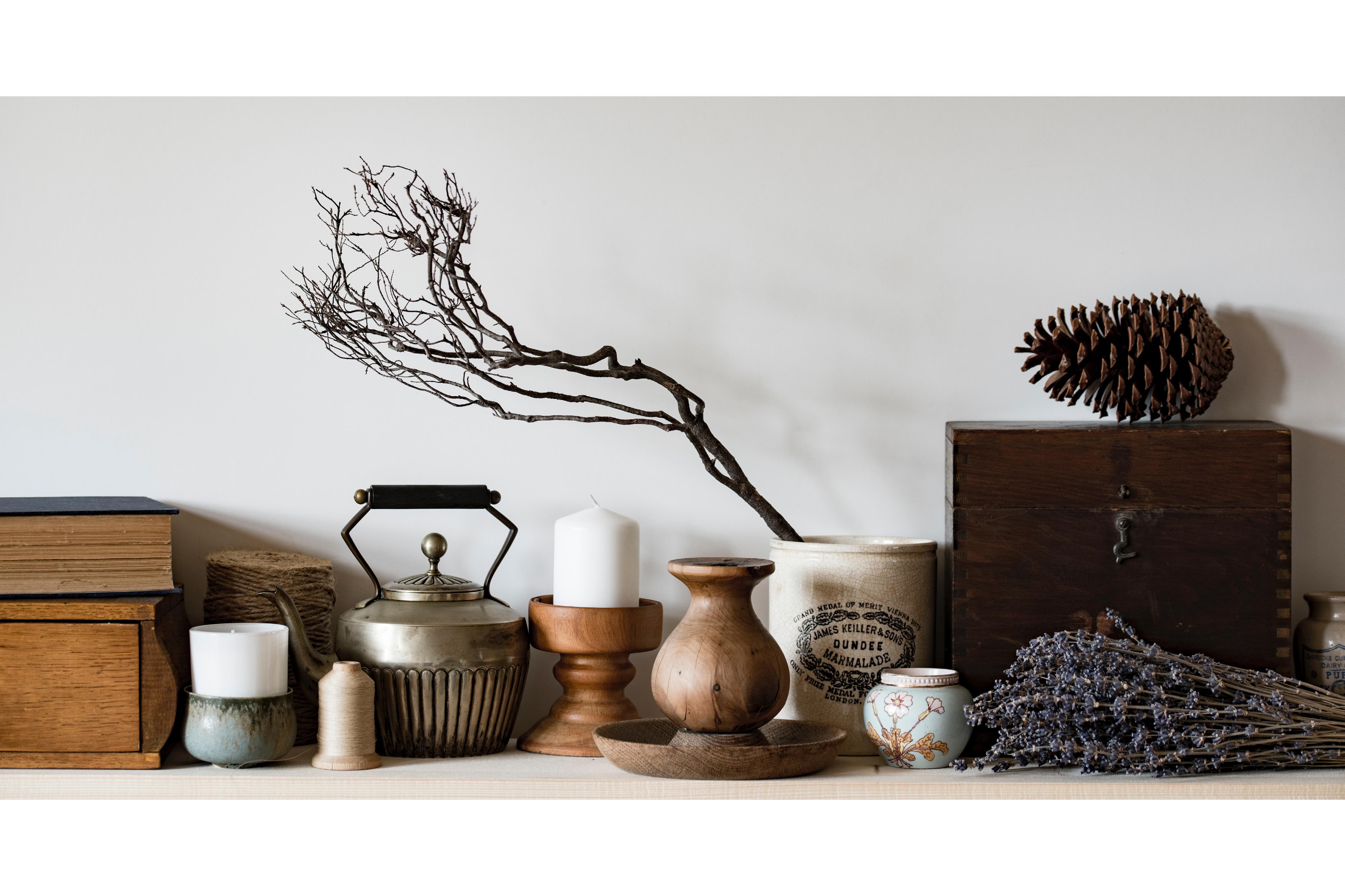 素色的神壇,桌面有柔和的觸感,上面整齊排列了古老的舊皮書、蠟燭與蠟燭台、水煲、乾花與樹枝、木盒與松果。