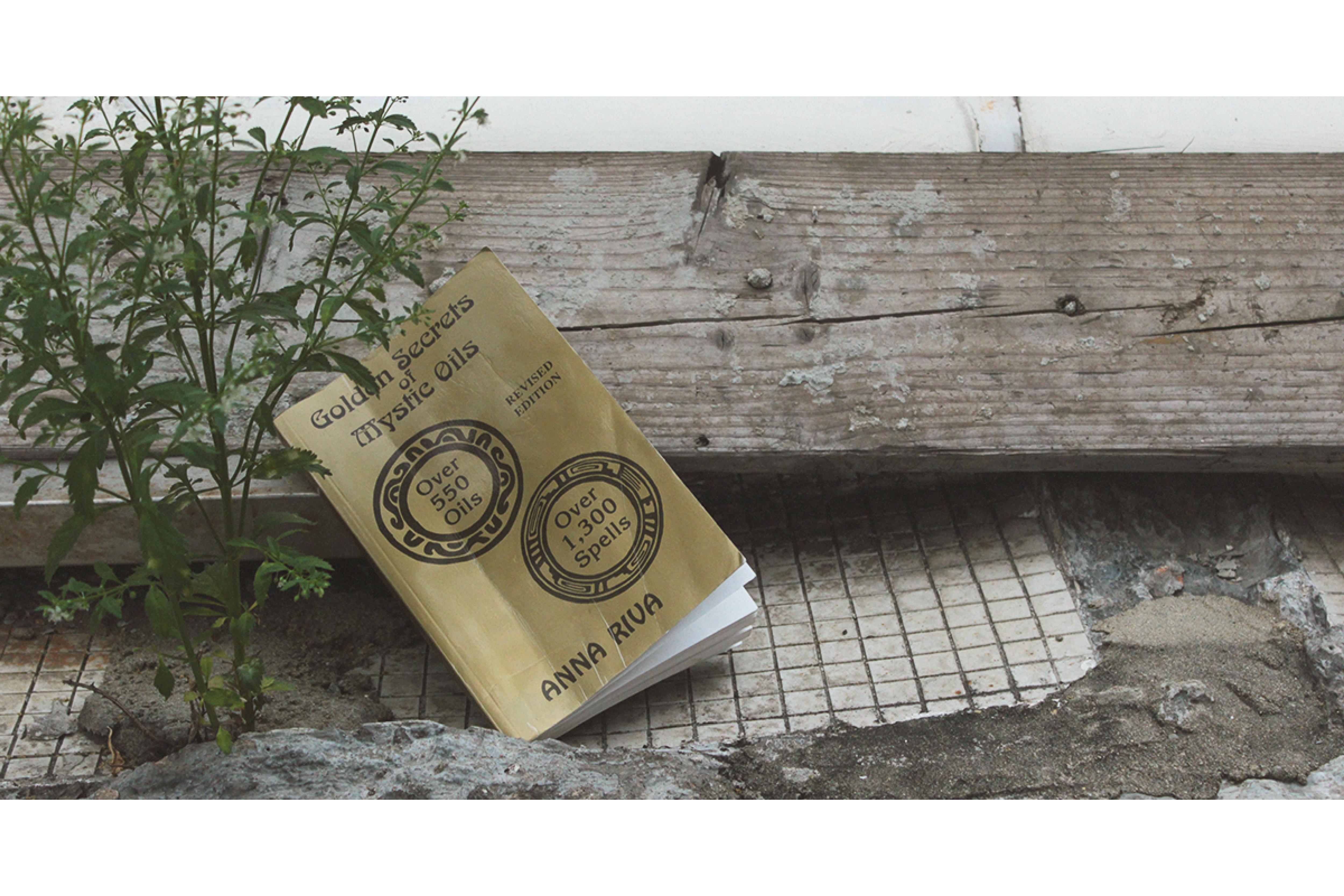 安娜・莉法撰寫的胡毒巫術書籍《 魔法油的黃金奧秘:超過三百種配方和一千個咒語》(Golden Secrets of Mystic Oils)